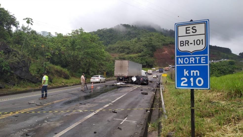 Duas pessoas morrem em acidente na BR-101, em Ibiraçu, ES