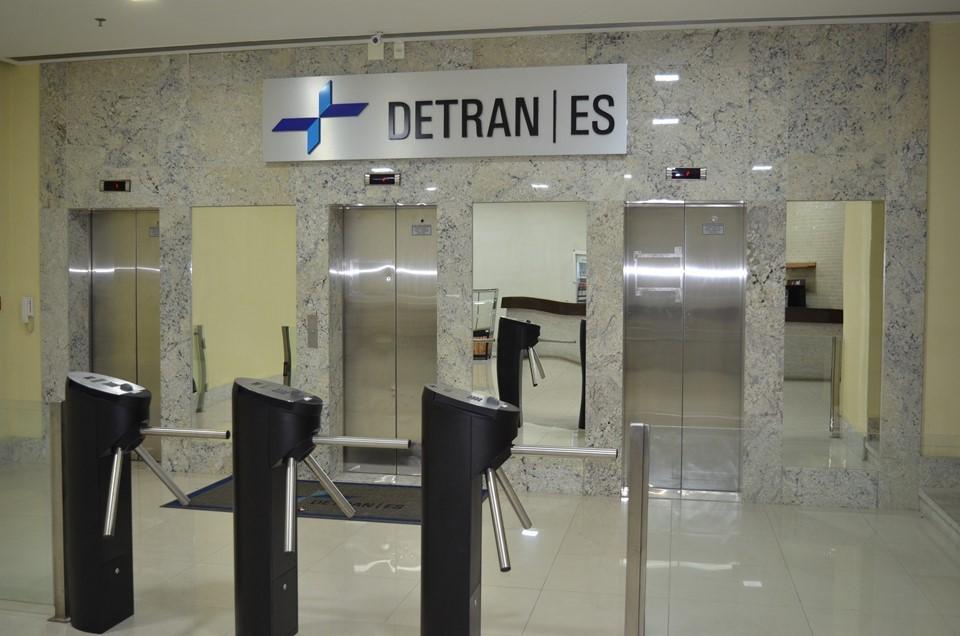 Detran|ES retoma maioria dos serviços e reforça sobre prorrogação de prazos