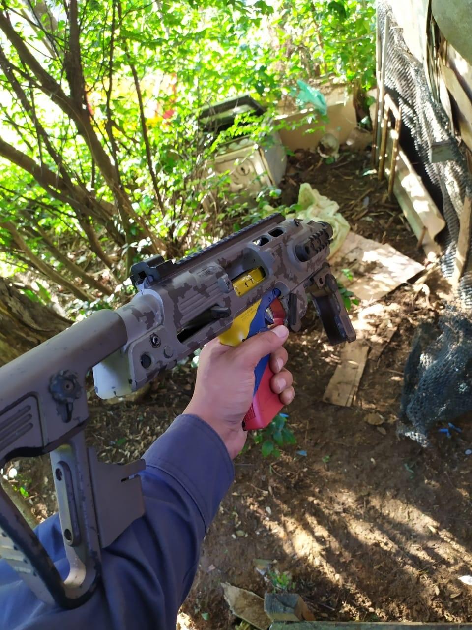 PM apreende drogas e kit que transforma pistola em metralhadora no Morro do Cabral
