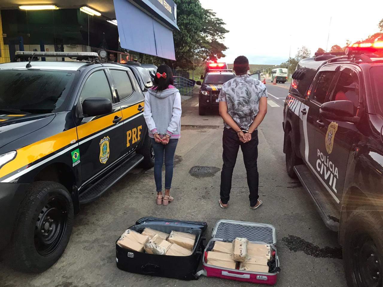 Casal é preso com 30 kg de maconha escondida em malas; ônibus seguia para a Bahia