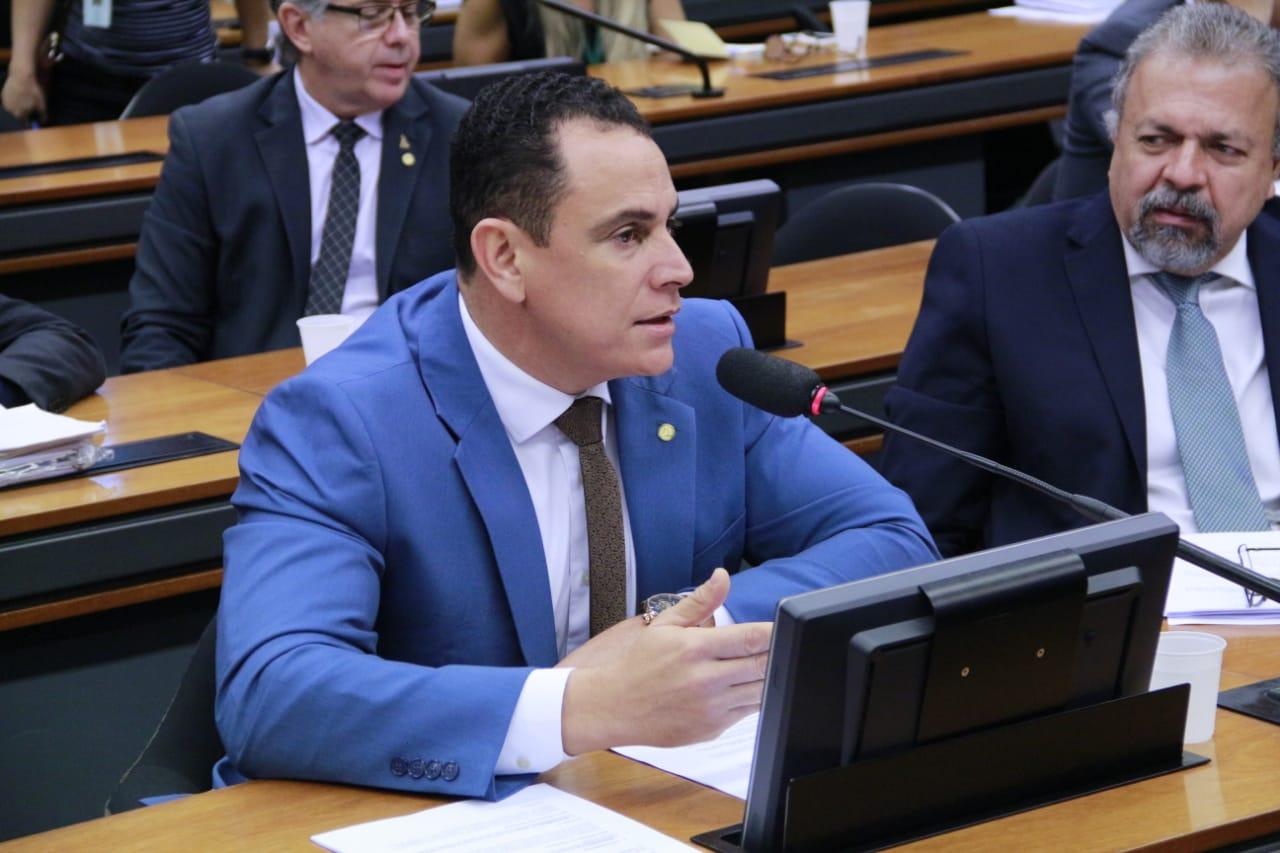 Deputado Da Vitória quer discutir preço do combustível praticado pelas distribuidoras