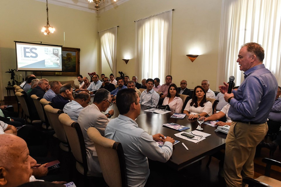 Renato Casagrande recebe prefeitos capixabas no Palácio Anchieta
