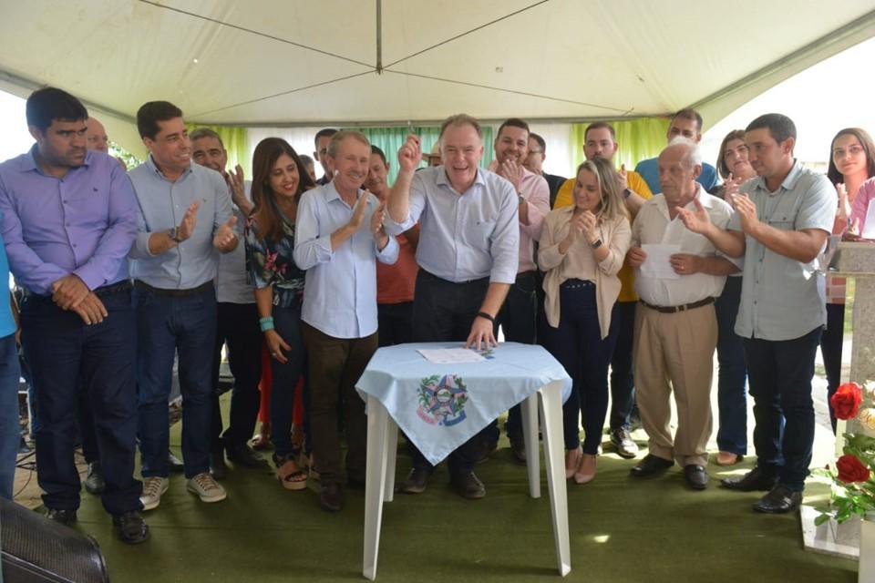 Governador entrega obras de calçamento e autoriza construção de escola em Alto Rio Novo