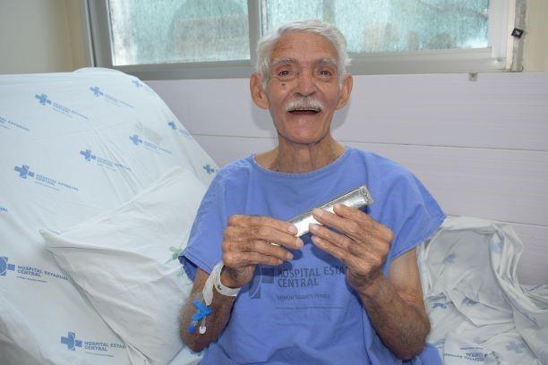 Paciente transforma rotina de enfermaria do Hospital Estadual Central tocando gaita