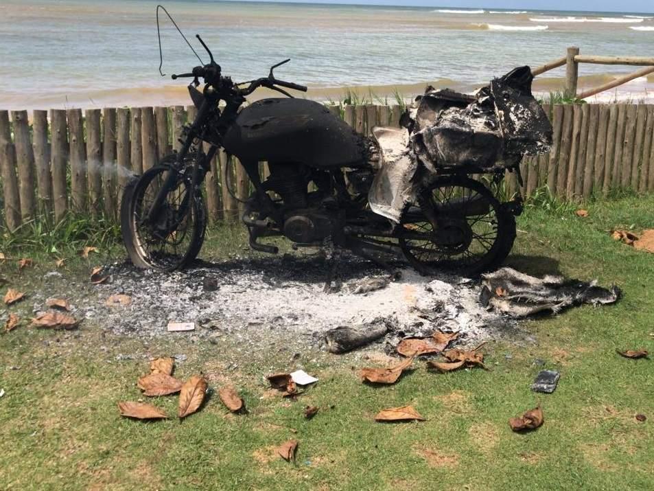 Suspeito de estupro entra em luta corporal com vítima e tem moto incendiada