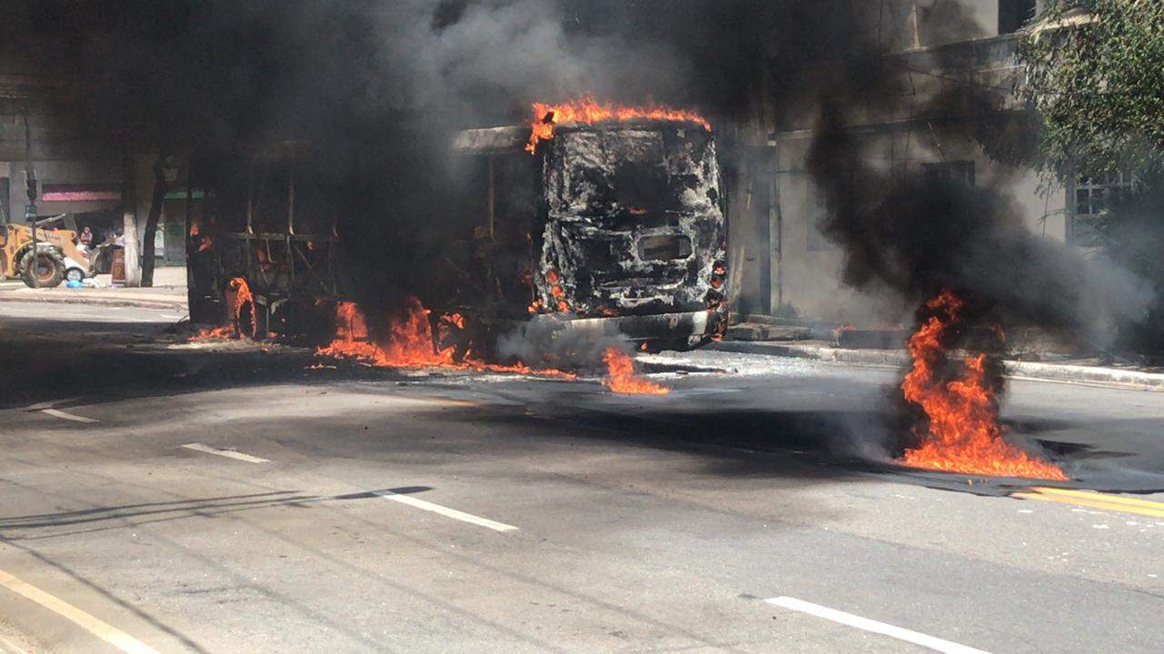 Ônibus é incendiado, e carros e lojas são depredados em avenidas de Vitória