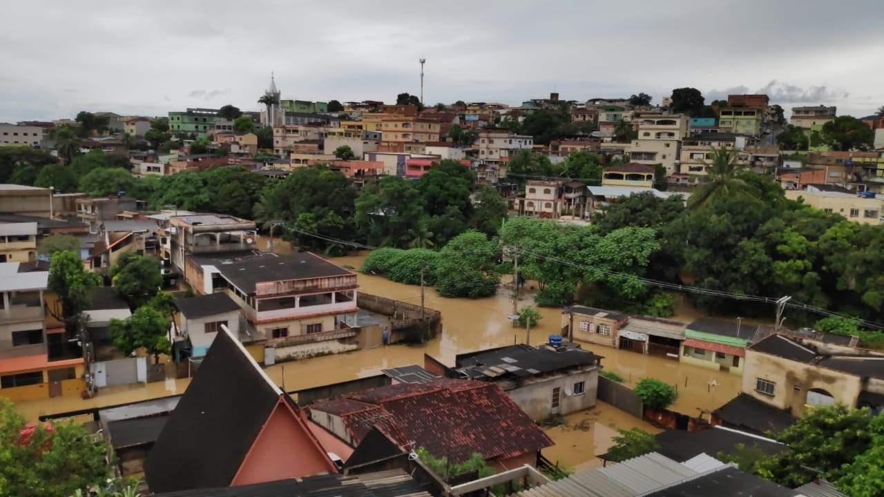 Rio Formate transborda e alaga parte de casas em Cariacica e Viana